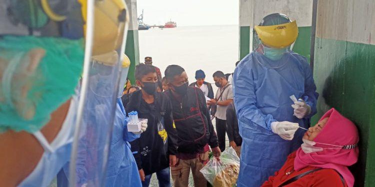 Motoris dan penumpang Speedboat di Pelabuhan SDF di tes Swab Antigen.Foto: Ist