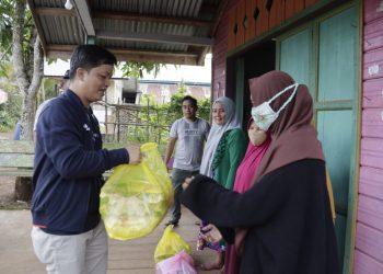 Bupati Kabupaten Tana Tidung, memberikan paket sembako kepada warga yang tidak mampu di Kabupaten Tana Tidung.Foto: Ist