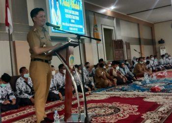 Bupati KTT Ibrahim Ali, memberi sambutan saat menghadiri acara halal bihalal bersama Kepala Sekolah dan Tenaga Pendidik se Kabupaten Tana Tidung bertempat di Pendopo Japarudin. Foto: Fokusborneo