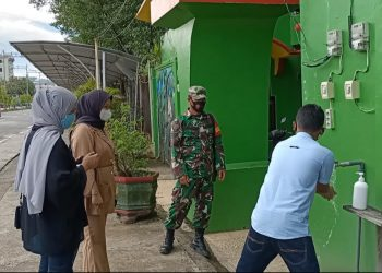 Babinsa Tarakan Barat saat memberi himbauan kepada pengunjung tempat wisata Hutan Mangrove di Kelurahan Karang Rejo.Foto: Doc.Babinsa