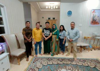 Bupati KTT Ibrahim Ali di dampingin Istri saat foto bersama dengan wartawan baik media cetak maupun media online.