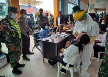 ARUS BALIK: Kodim 0907 Tarakan bersama instansi terkait lakukan pemeriksaan tes swab antigen kepada penumpang di Pelabuhan Speed Boat Kota Tarakan.Foto: Doc.Babinsa Dim 0907 Tarakan