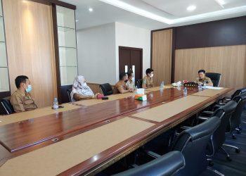 Bupati Tana Tidung, Ibrahim Ali saat menerima pengurus Ikatan Guru Indonesia KTT di ruang kerjanya. Foto : Ist
