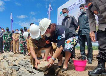 Gubernur Kaltara, Zainal A Paliwang bersama  Ibu Ketua DPRD Provinsi Kaltara saat meletakan batu pertama pembangunan Gedung DPRD Prov Kaltara. Foto: Dkisp Kaltara