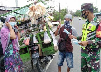 Babinsa Koramil 0907/02 Tarteng, mengingatkan dan membagikan masker kepada warga  untuk tidak lalai akan protokol kesehatan.Foto: Doc Babinsa Dim 0907 Tarakan