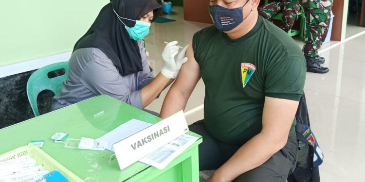 Personil Prajurit TNI AD saat menerima vaksin jenis Astra Zenaca bertempat di Polkes Kodim 0907 Tarakan. Foto: Penerangan Kodim 0907 Tarakan