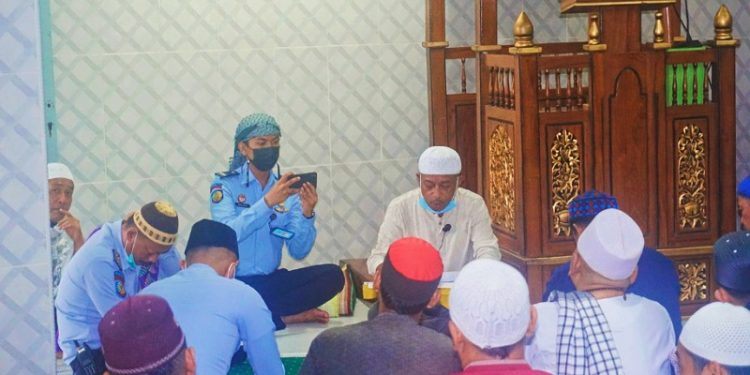 Kalapas Tarakan (peci putih), Yosef Benyamin Yambise Saat Membacakan Remisi Khusus Idul Fitri di depan Narapidana. Foto: istimewa