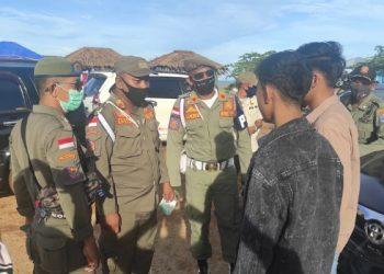 Petugas Satpol PP Ingatkan Pengunjung Pantai Amal yang Tidak Memakai Masker. Foto: istimewa/Satpol PP