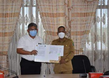 Bupati Bulungan Syarwani menerima hibah aset jembatan gantung dari Balai Kementerian PUPR, Selasa (18/5). Foto : Pemkab Bulungan.