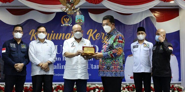 Ketua DPD RI AA LaNyalla Mahmud Mattalitti menerima cenderamata dari Wagub Kaltara Yansen TP, Rabu (26/5). Foto : Istimewa