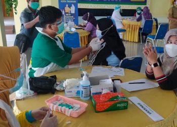 Salah satu guru disuntik vaksin Covid-19 di Gedung Serbaguna Pemkot Tarakan. Foto : Fokusborneo.com