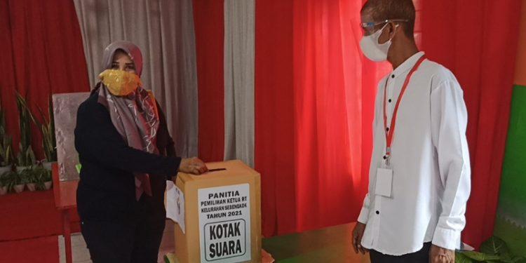 Pemungutan Suara Pemilihan Ketua RT Serentak di TPS 20 Sebengkok. Foto: fokusborneo.com