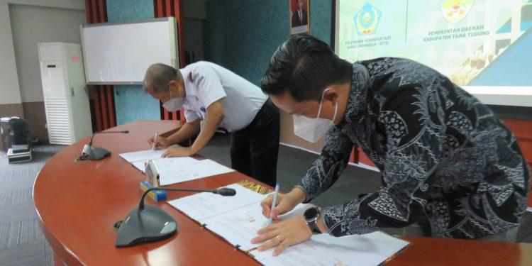 Bupati KTT, Ibrahim Ali menandatangani MOU dengan Direktur PTDI - STTD Hindro Surahmat di Kampus STID - STID Kementrian Perhubungan Bekasi.Foto: Diskominfo Pemkab Tana Tidung