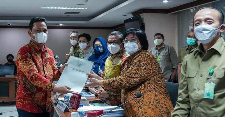 Wakil Ketua Komite II DPD RI Hasan Basri menyerahkan usulan masyarakat Kaltara kepada Menteri LHK. Foto : Istimewa