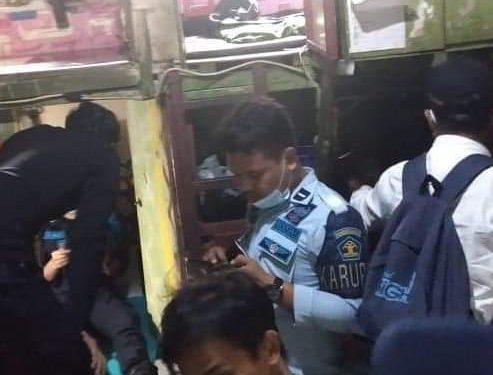 Petugas KPLP Lapas Kelas IIA Tarakan Melakukan Sidak di Kamar Hunian Warga Binaan. Foto: ist