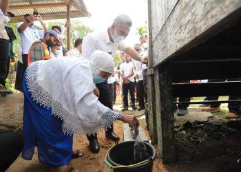 Wali Kota Tarakan dr. Khairul melihat pelayanan air bersih di salah satu rumah warga di Mamburungan. Foto : Humas Pemkot Tarakan.