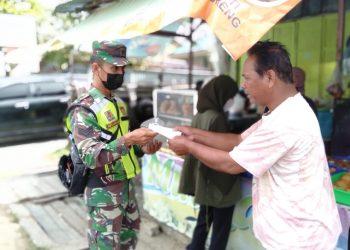 Babinsa Tarakan Tengah, bagikan masker dan mengajak warga untuk tidak lalai akan prokes.Foto: Doc.Babinsa
