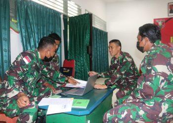 Tim Pengendali Program Kerja ( Dalprog ) Korem 092/Mrl saat mengecek laporan administrasi dari masing masing staf Kodim 0907 Tarakan.Foto: Penerangan Kodim 0907 Tarakan