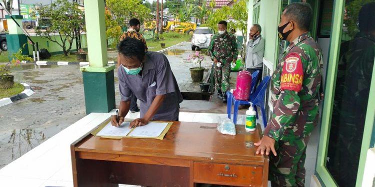 Koramil 0907/03 Tarakan Barat melaksanakan komsos dengan masyarakat.Foto: Doc.Babinsa