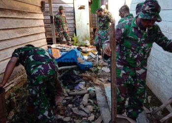 Personil Kodim 0914/TNT saat melaksanakan kegiatan karya bakti di wilayah Kodim 0914/TNT. Foto: Kodim 0914/TNT