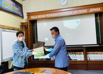 Kerjasama Distribusi Benur Udan Windu di Kalara: Dirut PT Ardy Borneo Fishery Bersama Kepala Balai Besar Perikanan Budidaya Air Payau Jepara. foto: istimewa