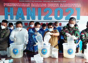 Peringati Hari Anti Narkoba Internasional 2021 Gubernur Kalimantan Utara, Zainal A Paliwang ikut musnahkan narkoba jenis sabu-sabu bertempat di Kantor BNNP.Foto: Dkisp Kaltara