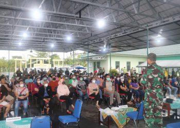 Warga Tarakan mendengar arahan dari Dandim 0907 Tarakan sebelum melakukan vaksinasi yang gelar TNI Polri bertempat di Makodim 0907 Tarakan