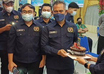 Kejutan: Insan Pers Memberikan Kue Ulang Tahun Kepada Walikota Tarakan Khairul di Acara Pelantikan PWI Tarakan. Foto: fokusborneo.com