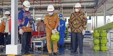 Gubernur Kaltara Zainal Arifin Paliwang Melihatkan Tabung Gas Elpiji 3 Kg yang Baru Diisi di SPPBE Tarakan. Foto: fokusborneo.com