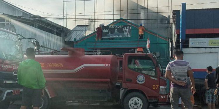 Kebakaran di Bar dan Karaoke Mahkota di Jalan Kusuma Bangsa. Foto: ist