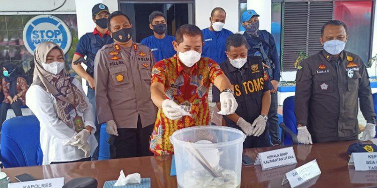 Kepala BNNP Kaltara Brigjen Pol Samudi (tengah) Memusnahkan BB Narkoba Seberat 325,66 Gram Pengungkapan Kasus Jaringan Internasional. Foto: fokusborneo.com