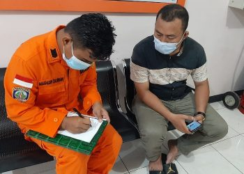 Nelayan Hilang: Kerabat Korban Melaporkan Kejadian Tersebut ke Kansar Tarakan. Foto: IST/Basarnas