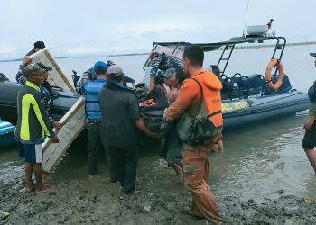 Tim SAR Gabungan Mengevakuasi Jenazah Ilyas (Nelayan) Dari Lokasi untuk Dibawa Ke Tarakan. Foto: IST/Basarnas