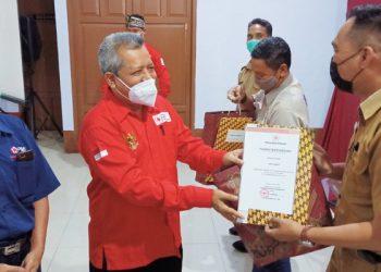 Hari Donor Darah Dunia: Ketua PMI Tarakan Hamid Amren Menyerahkan Piagam Penghargaan Kepada Pendonor Darah 25 Kali. Foto: fokusborneo.com
