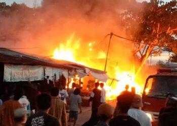 Kobaran Api Membakar Rumah dan Kios di Juata Laut. Foto: PMK dan Penyelamatan Tarakan