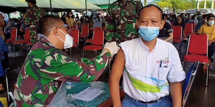 Salah Satu Warga Tarakan Mengikuti Suntik Vaksin Massal Serbuan Vaksin di Kodim 0907 Tarakan. foto: fokusborneo.com