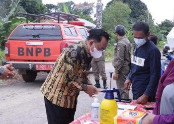 Wabup KTT, Hendrik saat melakukan monitoring PPkm Mikro Desa di Kecamatan Muruk Rian.Foto: Diskominfo KTT