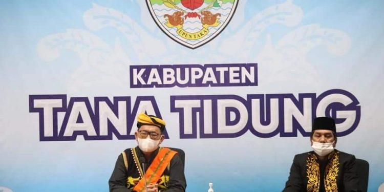 Wakil Bupati KTT, Hendrik di dampingi Sekretaris Daerah Tana Tidung Said Agil saat menghadiri pembukaan festival budaya Aco Lundayeh ke -2 secara virtual.Foto: Diskominfo KTT