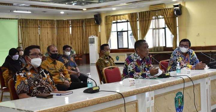 Bupati Syarwani dan Wabup Bulungan Ingkong Ala mengikuti sosialisasi pendaftaran S2 Hukum dan S2 Pertanian UBT. Foto : Pemkab Bulungan.