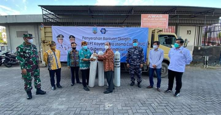 Gubernur Kaltara Zainal  Paliwang menyerahkan bantuan tabung oksigen dari perusahaan kepada RSUD Tarakan. Foto : Humas Pemkot Tarakan.