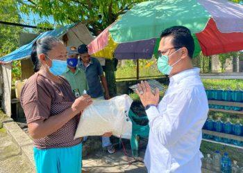 Wakil Ketua Komite II DPD RI Hasan Basri membagikan beras kepada pedagang UMKM di Kota Tarakan. Foto : Tim Media HB.