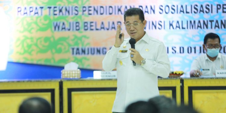 Wakil Gubernur Kaltara, Dr.Yansen TP saat menjadi narasumber dalam rapat teknis pendidikan dan sosialisasi penyelenggaraan wajib belajar Provinsi Kaltara bertempat di Gedung Gadis.Foto: Dkisp Kaltara