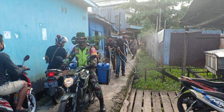 Babinsa Tarakan Tengah saat melaksanakan sterilisasi dipemukiman warga.Foto: Doc.Babinsa