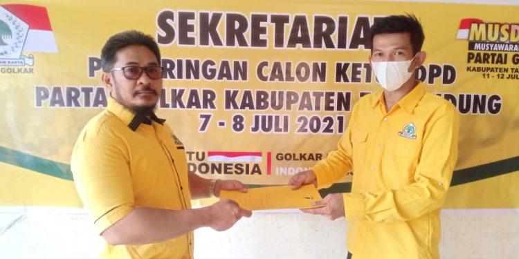 Heri Rizal menyerahkan berkas pendaftaran calon Ketua DPD Golkar Kabupaten Tana Tidung bertempat di sekretariat Golkar Kabupaten Tana Tidung.