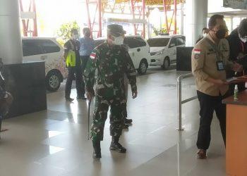 Komandan Korem 092/Mrl Brigjen TNI Suratno di dampingi Dandim 0907/Trk saat meninjau penerapan protokol kesehatan yang diterapkan di Bandara Internasional Juwata Tarakan.