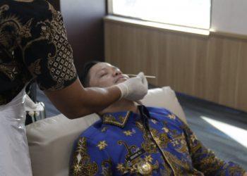 Bupati KTT, Ibrahim Ali saat menjalani tes usap (swab) rapid antigen bertempat di Ruang Rapat Bupati Tana Tidung