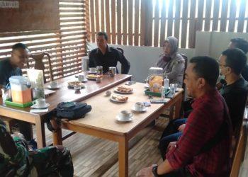 Dandim 0914/TNT Letkol Czi Prio Utomo saat coffe morning  bersama awak media