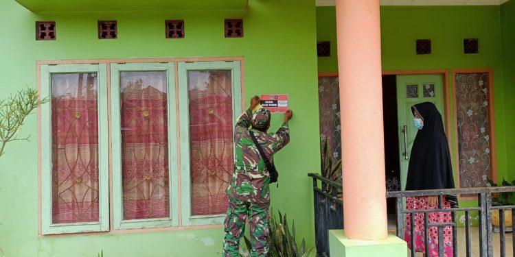 Satgas Covid -19 Kabupaten Tana Tidung, saat memasang stiker di rumah warga yang sedang melakukan isolasi mandiri untuk mempermudah pengawasan