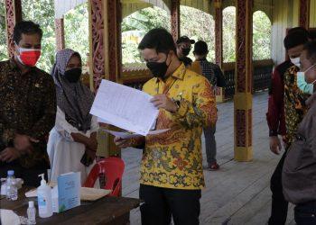 Bupati KTT, Ibrahim Ali saat melaksanakan monitoring pelaksanaan vaksinasi Covid-19
