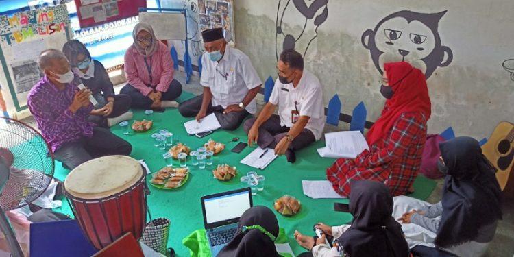Anggota Komisi II DPRD Tarakan Berdiskusi Dengan Penggiat Literasi di Kampung Literasi RT 63 Karang Anyar. Foto: fokusborneo.com